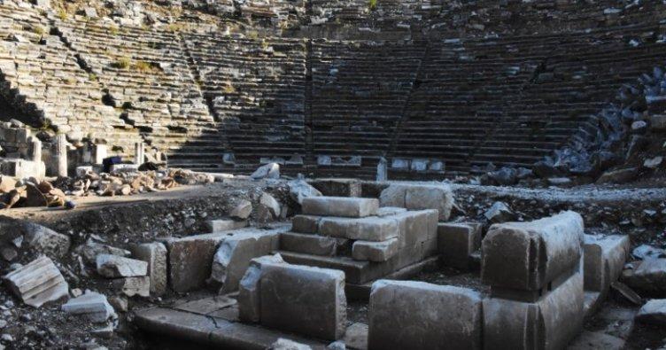 Antik tiyatrodaki kazı çalışmalarında mitolojik masklar gün yüzüne çıkarıldı