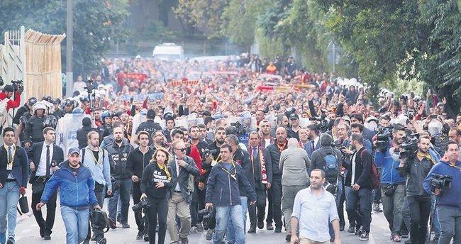 Kadıköy'e de taraftarla yürüyecek