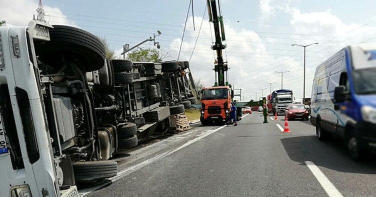 TEM'de devrilen tır trafiği kilitledi