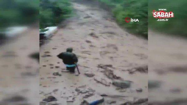 Saniyelerle sel sularına kapılmaktan kurtuldu   Video