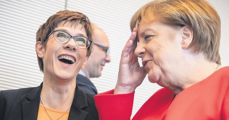 AKK Merkel'i mumla aratacak