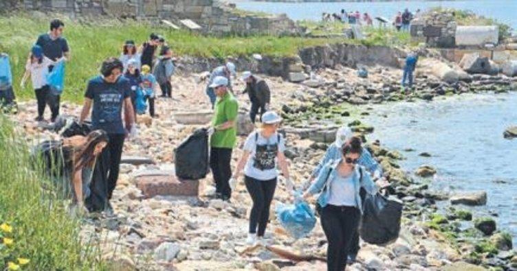 Antik kentte kıyı temizliği yaptılar