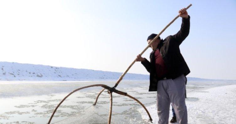 Dondurucu soğuğa rağmen böyle balık avlıyorlar