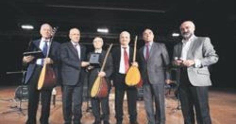 Başkan Fethi Yaşar'dan ozanlara plaket