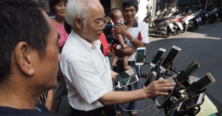 70 yaşındaki adam her gün 20 saat Pokemon Go oynuyor!