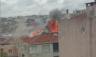 Güngören'de 5 katlı binanın çatısı alev alev yandı