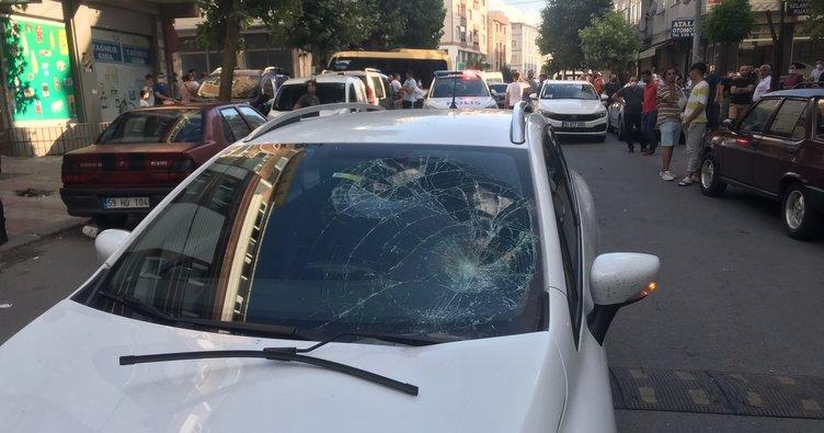 Hatalı sollama yaptı, 3 kişiyi ezdi! Genç sürücü linç edilmekten son anda kurtuldu