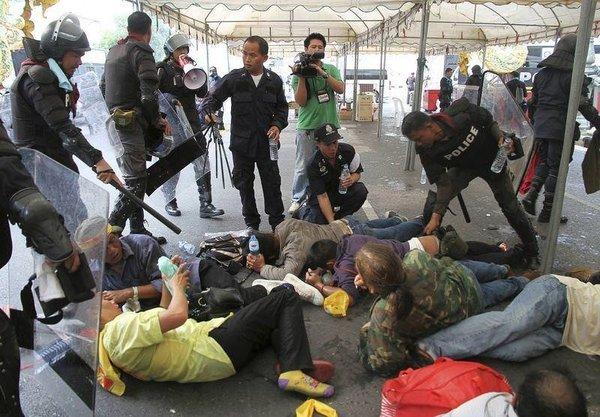 Tayland'da on binlerce protestocuya karşılık 15 bin polis