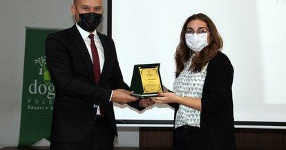 Başarılı öğrencilere ödüllerini Milli Eğitim Müdürü verdi