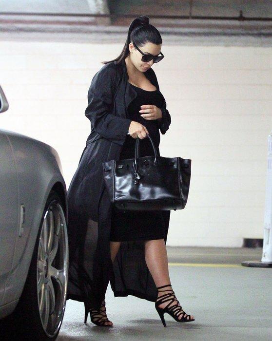 Kim Kardashian siyahlara büründü!