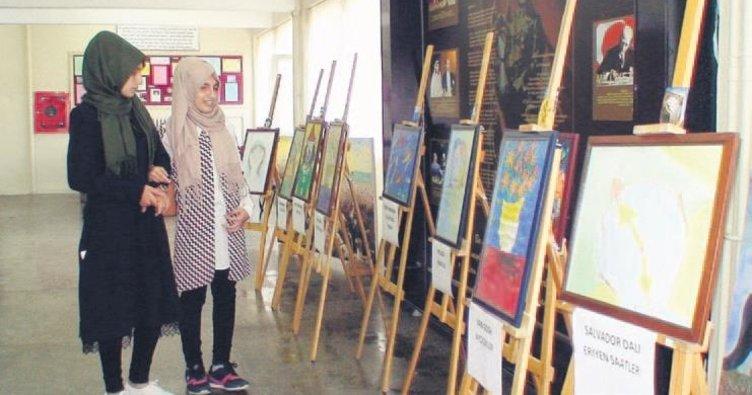 Görme engelli kız yaptığı resimlerle sergi açtı