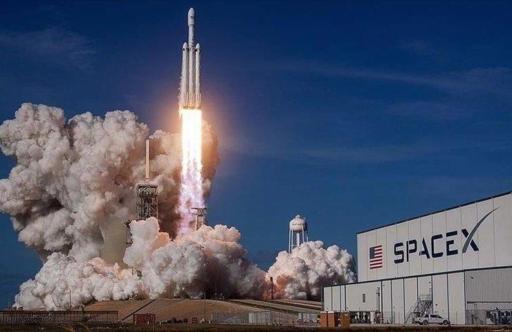 SpaceX yolcuları dünyanın çevresinde gezdirecek
