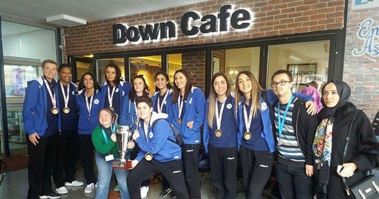 Şampiyon kızlar Down Kafe'de