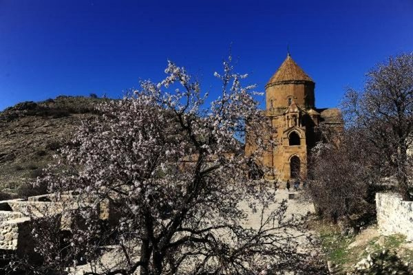 Akdamar Adası'nın doyumsuz bahar manzarası