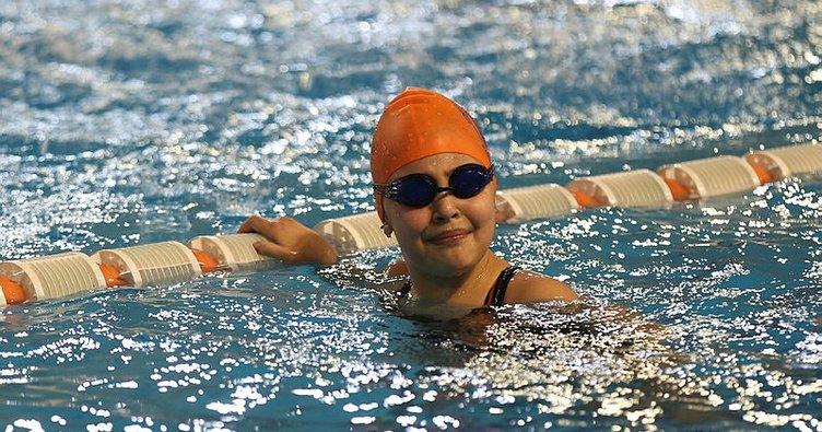 Görme engelli yüzücü Cemre Ateş'in yaşından çok madalyası var