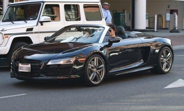 Kendall Jenner lüks otomobiliyle yolda kaldı