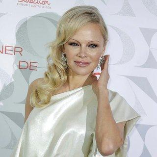 Ünlü yıldız Pamela Anderson eski sevgilisi Jon Peters ile evlendi