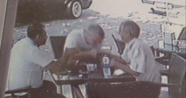 18 bin lira dolandırdıkları adamın bir de elini öptüler