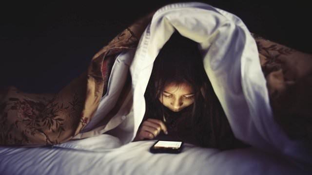 Gençlerin yüzde 45'i yatağa telefonla giriyor