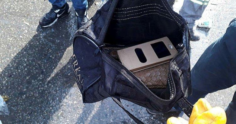 Temizlik işçileri, çöpte buldukları çantayı sahibine teslim etti
