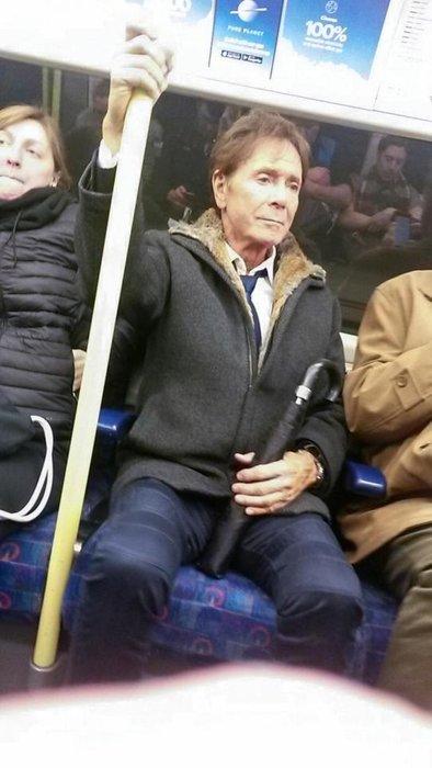 Emlak kralı ünlü şarkıcıyı metroda kimse tanımadı
