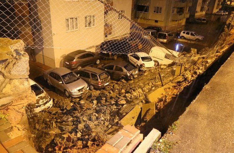 Bursa'da istinat duvarı çöktü