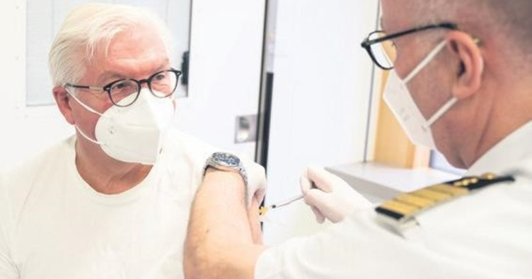 Tartışılan AstraZeneca aşısını yaptırdı