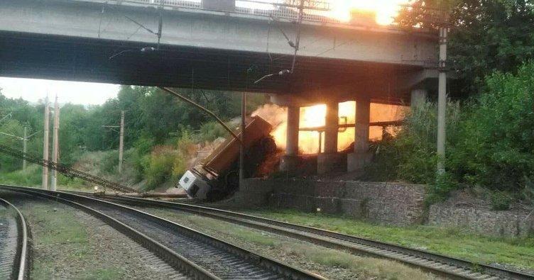 Rusya'da köprüden kamyon düştü! Doğalgaz boru hattı patladı