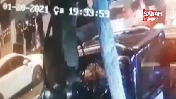 İstanbul'un göbeğinde silahlı saldırı! Yaralı genç can havliyle böyle kaçtı... | Video