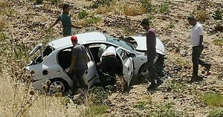 Tarlaya devrilen otomobildeki çift ağır yaralandı