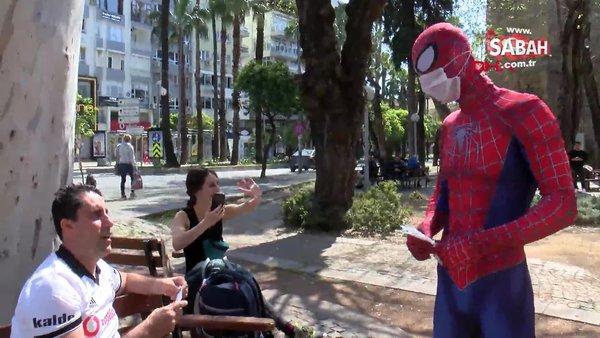 Antalya'da corona virüsüne karşı maske dağıtan 'Örümcek Adam' şaşkınlık yarattı   Video