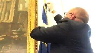 İtalyan Temsilciler Meclisi Üyesi Fabio Rampelli, odasındaki AB bayrağını kaldırdı! | Video