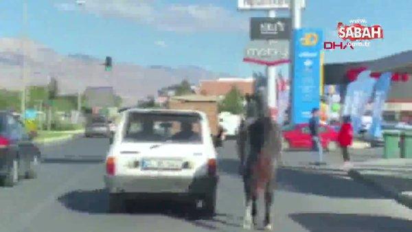 Son dakika haberi: Erzincan'da yürekleri yakan görüntü! Otomobile bağladıkları atı kilometrelerce koşturdular | Video