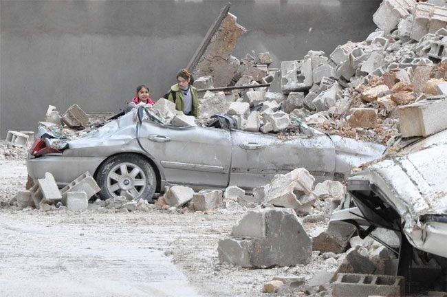 İstinat duvarı çöktü, otomobiller hurdaya döndü