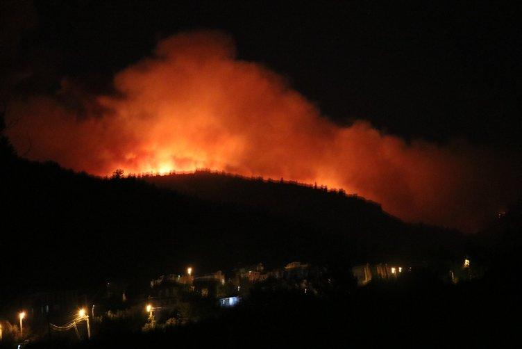 Son dakika! Kötü haberler geliyor! İzmir'deki yangın tahliye edilen siteye sıçradı! Müdahale sürüyor...