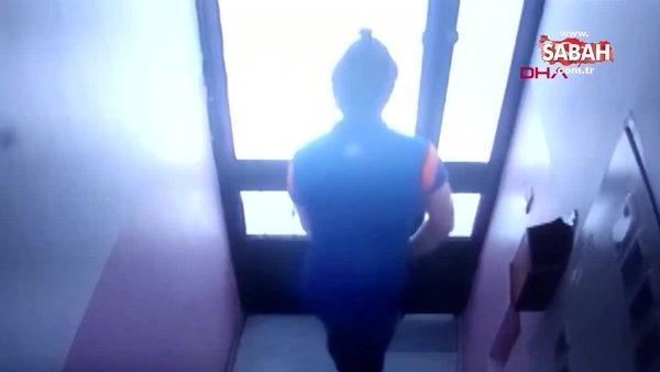 Kargocu paket getirdiği binaya tuvaletini yaptı! Apartman sakinleri şok oldu! | Video