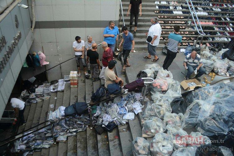 Eminönü'nde esnaf, su baskınından kurtardığı ayakkabıları merdivenlere serdi!