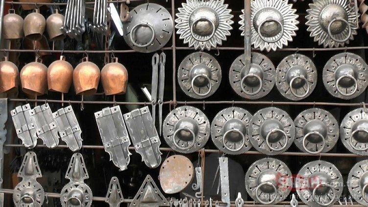 UNESCO tescilli kilit ustası, eski kapı kilitleri ve tokmakları yapıyor