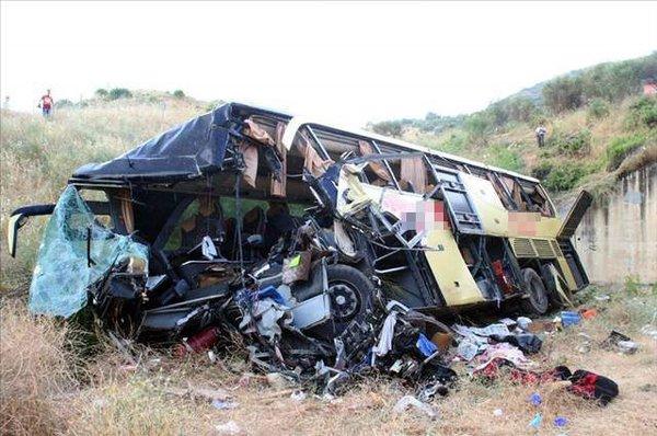 Yolcu otobüsü şarampole devrildi