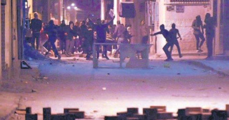 Tunus'ta göstericiler marketleri yağmalıyor