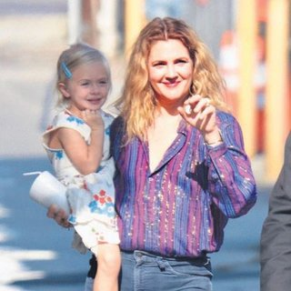 Drew Barrymore kızıyla stüdyoda