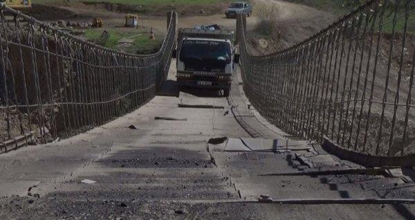Tonlarca ağırlıktaki araçların geçtiği ahşap köprü