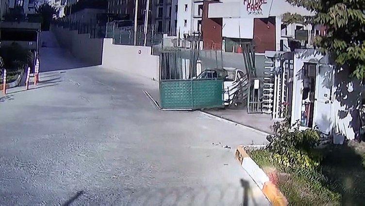 Esenyurt'ta yönetime kızdı, otomobille site kapısını yerinden böyle söktü