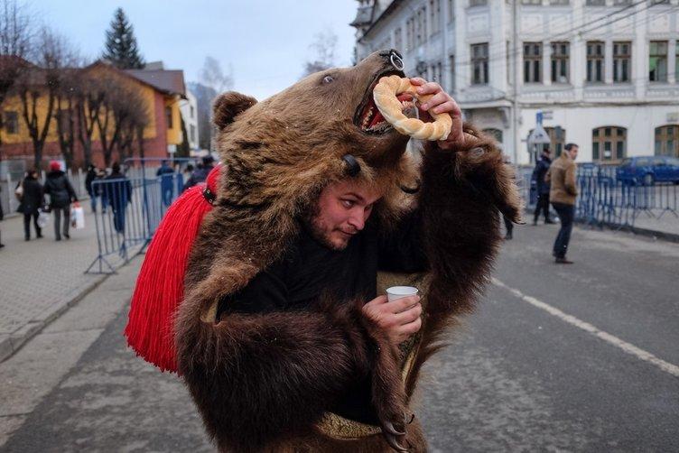 Romanya'da geleneksel dans festivali