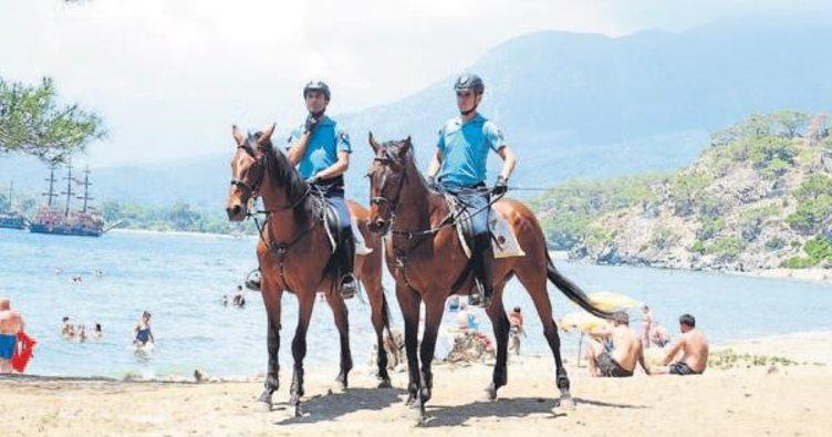 Atlı jandarma sahillerde