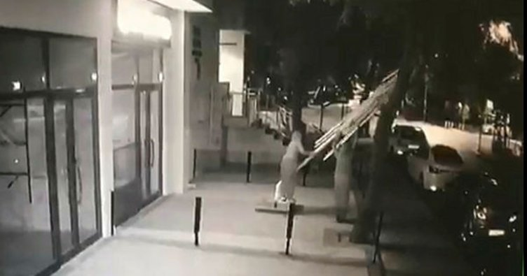 İstanbul'da dev şemsiyeyi halterci gibi kaldırıp çalan kadın hırsızlar kamerada