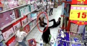 Markette cin çarpması iddiası kameraya yansıdı