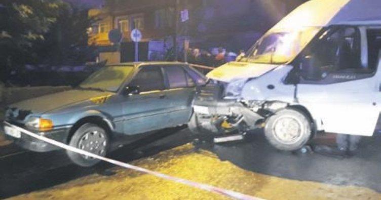 Servis aracı, park halindeki otomobillerin arasında daldı