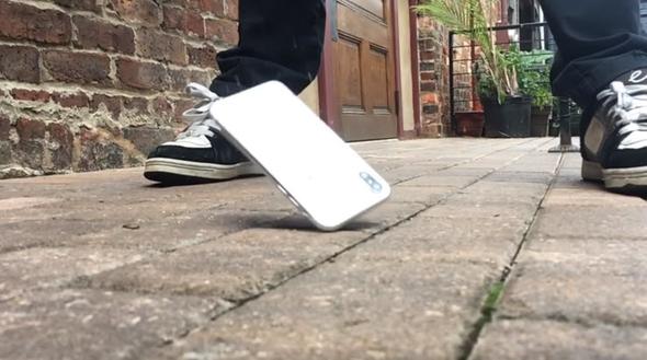 7 bin TL'lik iPhone X'i işte bu şekilde aşağıya attı!