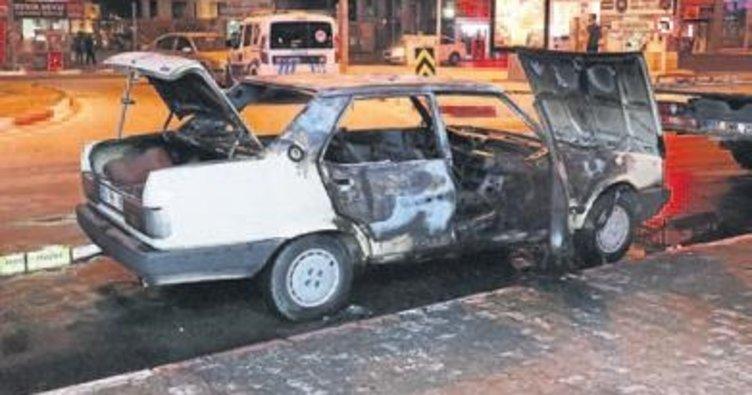 Otomobil yandı 4 kişi ölüyordu